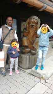 sculture di legno di Sappada con bambini